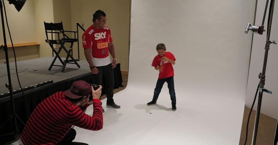 Vitor Belfort conversa com seu filho Davi durante sessão de fotos nos bastidores do UFC 156