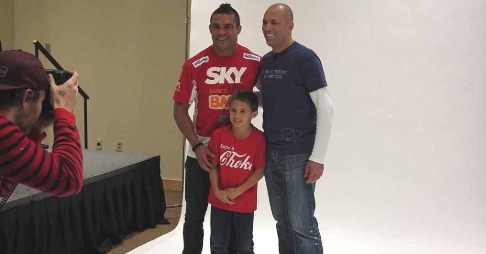 Vitor Belfort, seu filho Davi e Royce Gracie confraternizam durante sessão de fotos nos bastidores do UFC 156