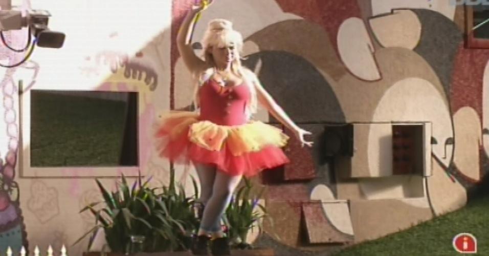 03.fev.2013 - Acordada pela música do castigo do monstro, Fernanda dança no palco da área externa da casa