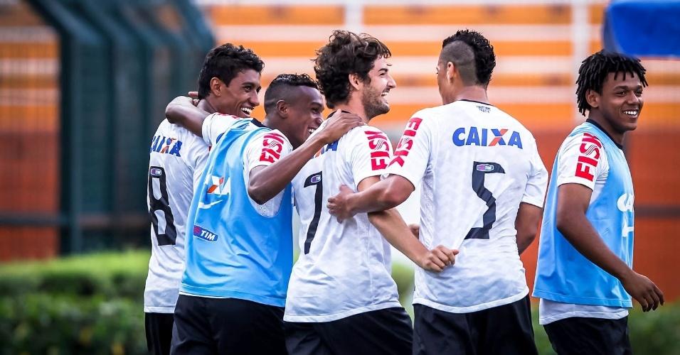 03.fev.2013 - Alexandre Pato comemora após marcar seu primeiro gol pelo Corinthians, em sua estreia pelo time contra o Oeste no Pacaembu