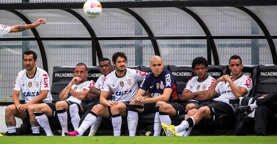 03.fev.2013 - Alexandre Pato é visto no banco de reservas do Corinthians durante o jogo contra o Oeste