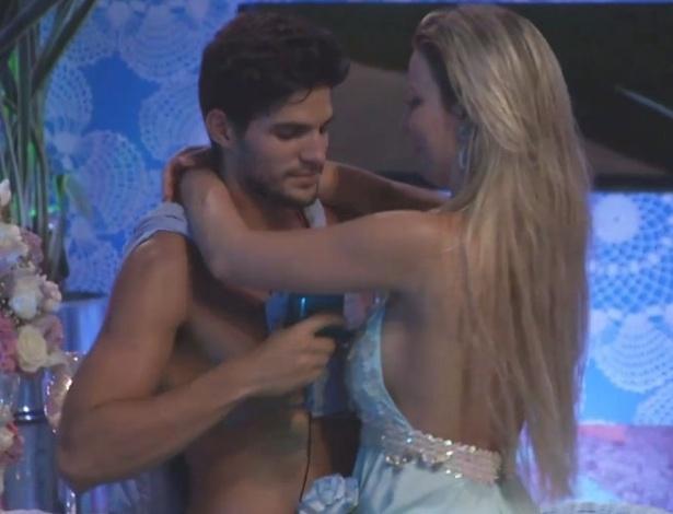 03.fev.2013 - André e Fernanda minutos antes do casal brigar