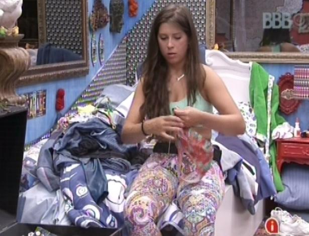 03.fev.2013 - Andressa, acordada enquanto todos dormem, arruma suas roupas no quarto brechó