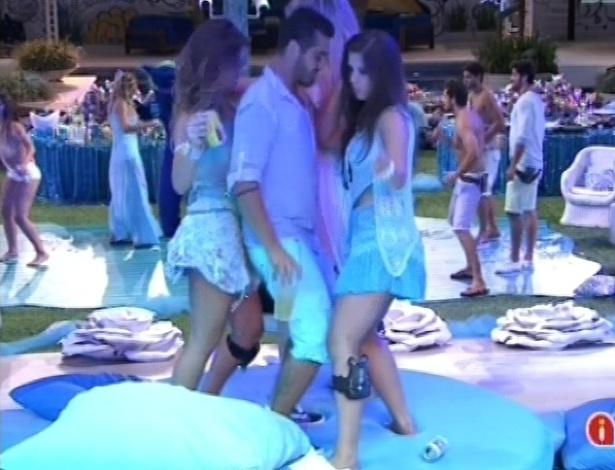 03.fev.2013 - Andressa dança com Yuri e Natália para provocar Nasser