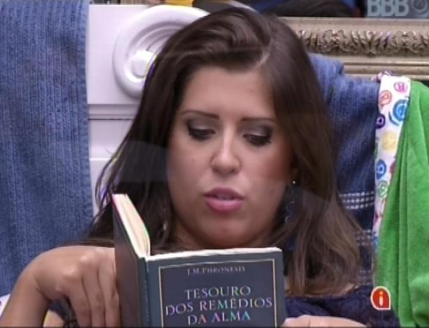 """03.fev.2013 - Andressa lê trechos em voz alta, para Ivan, do livro """"Tesouro dos remédios da alma"""", de J. M. Phronesis"""