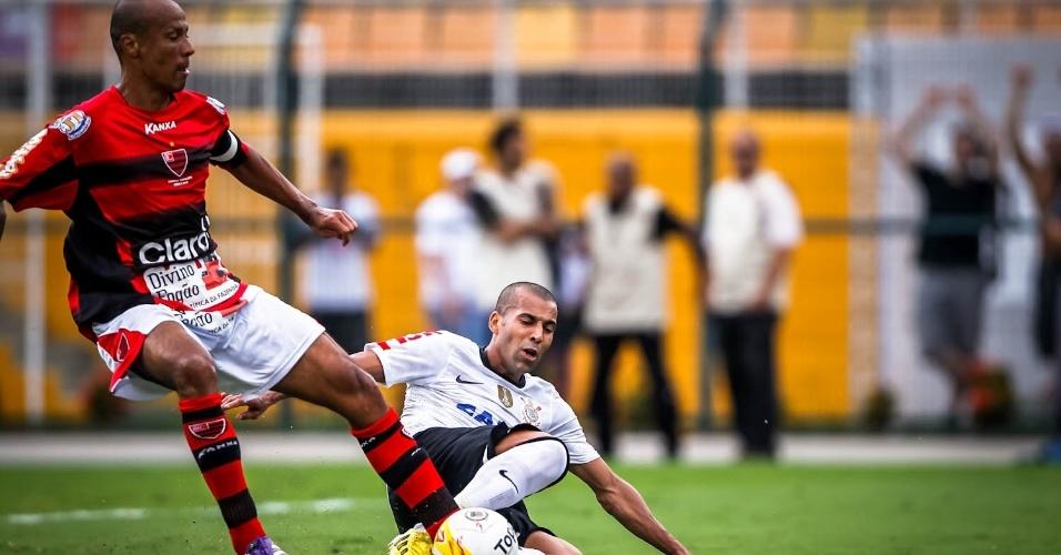 03.fev.2013 - Atacante corintiano Emerson Sheik entra em dividida contra jogador do Oeste no Pacaembu
