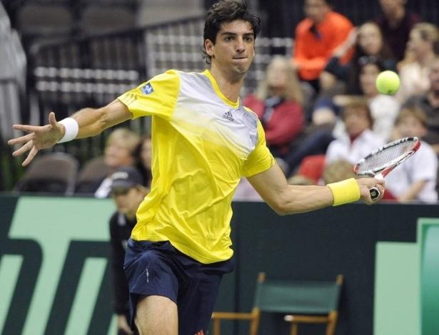 03.fev.2013 - Bellucci em ação no duelo contra John Isner pela Copa Davis