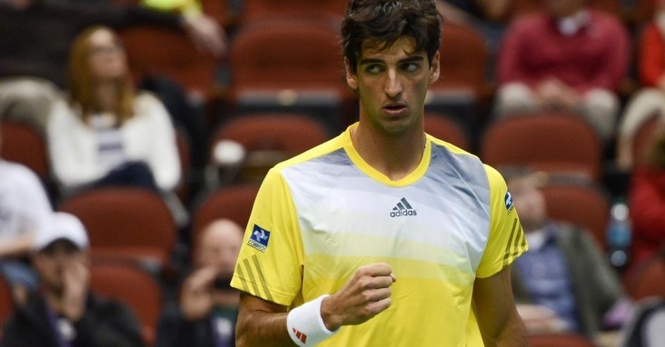 03.fev.2013 - Bellucci vibra após marcar mais um ponto contra John Isner na Copa Davis