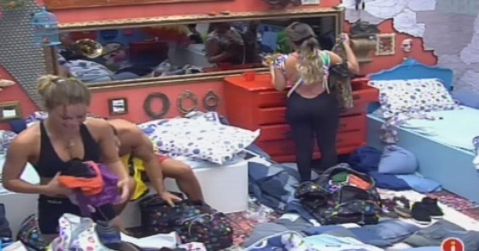 03.fev.2013 - Do grupo que perdeu a prova da comida, Natália e Anamara arrumam as malas para mudar para o outro quarto