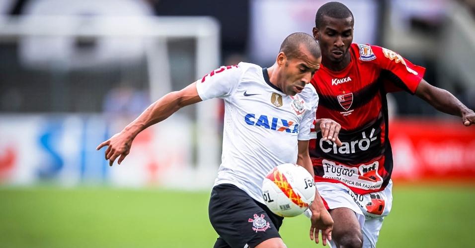 03.fev.2013 - Emerson Sheik tenta jogada de ataque durante o jogo do Corinthians contra o Oeste