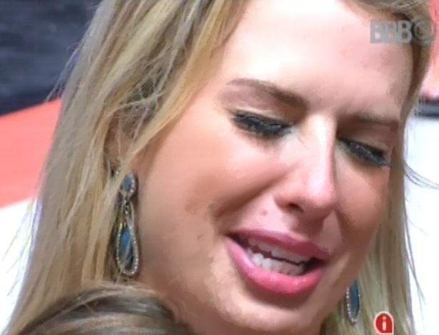 03.fev.2013 - Fernanda chora depois de comer pimenta na festa