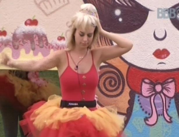"""03.fev.2013 - Fernanda dança ao som de música clássica no quintal da casa do """"BBB13"""""""
