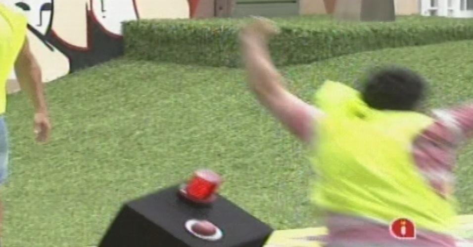 03.fev.2013 - Ivan corre para tocar a sirene na prova da comida e derruba o objeto no chão