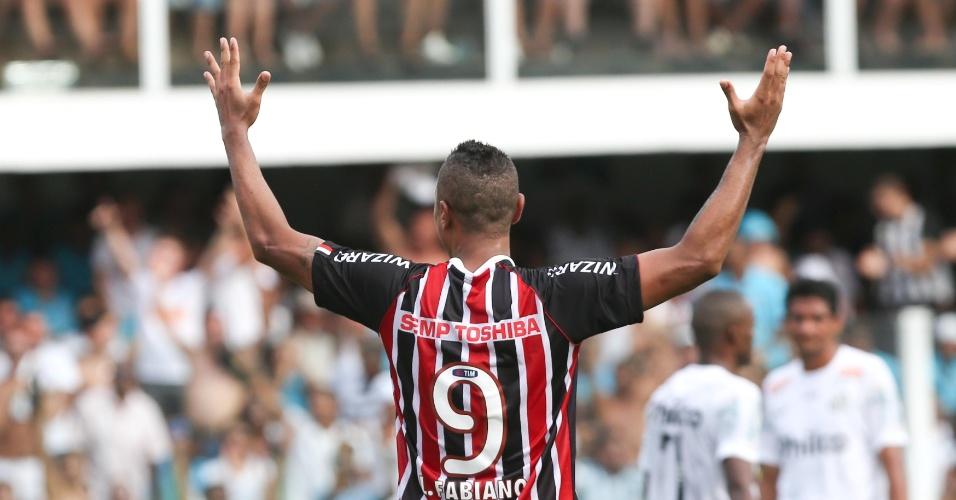 03.fev.2013 - Luís Fabiano ergue os braços durante clássico entre Santos e São Paulo na Vila Belmiro