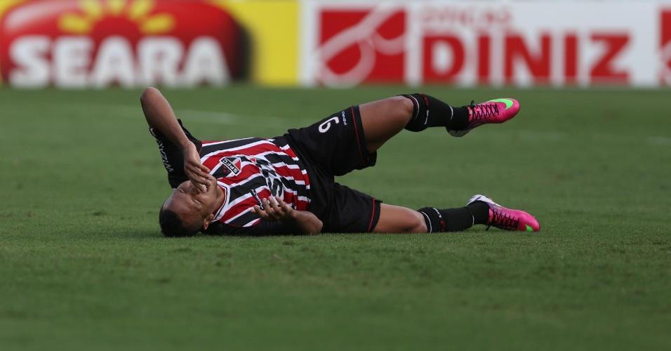 03.fev.2013 - Luís Fabiano fica caído no campo durante o clássico entre Santos e São Paulo na Vila Belmiro