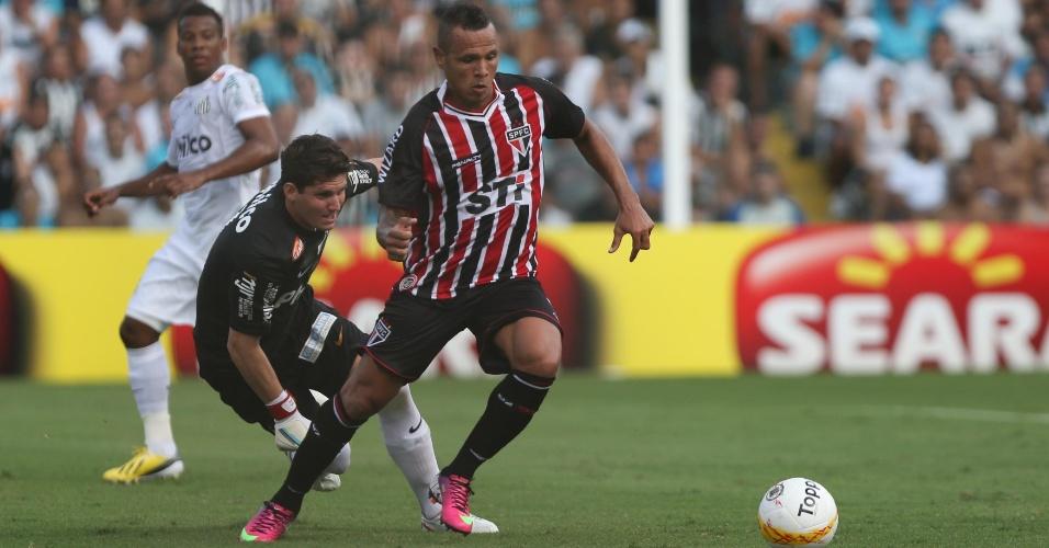 03.fev.2013 - Luís Fabiano tenta passar pelo goleiro Rafael durante o clássico entre Santos e São Paulo
