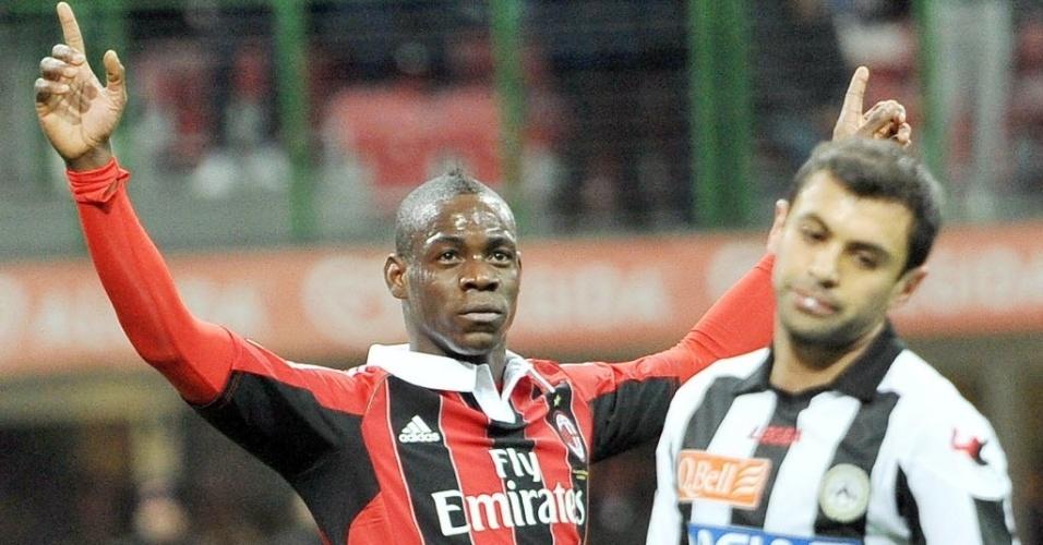 03.fev.2013 - Mario Balotelli comemora ao marcar o gol na sua estreia no Milan, na partida contra a Udinese, pelo Campeonato Italiano