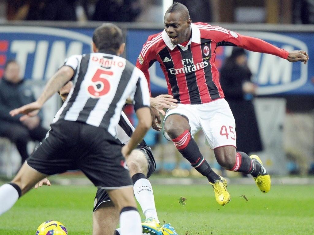 03.fev.2013 - Mario Balotelli (dir.), atacante recém-contratado pelo Milan, faz sua estreia diante da Udinese, pelo Campeonato Italiano