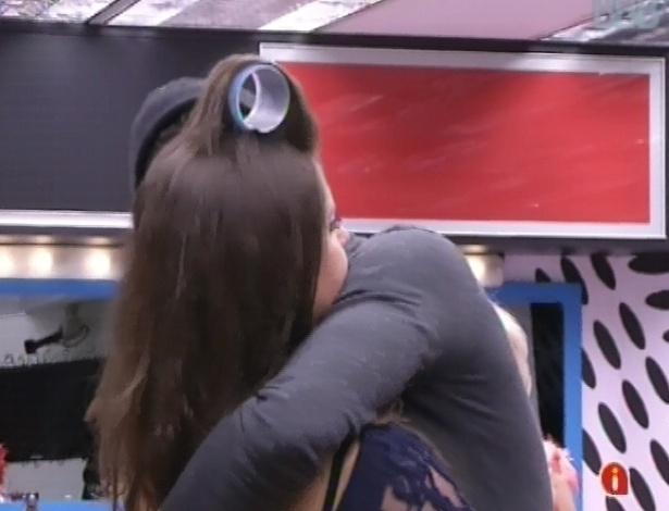 03.fev.2013 - Nasser abraça Andressa e pede desculpas, e ela diz que para eles conversarem dali um tempo