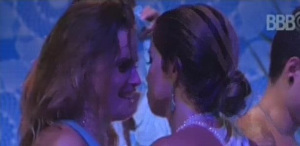 03.fev.2013 - Natália e Fani esbanjam sensualidade dançando juntas na festa Iemanjá