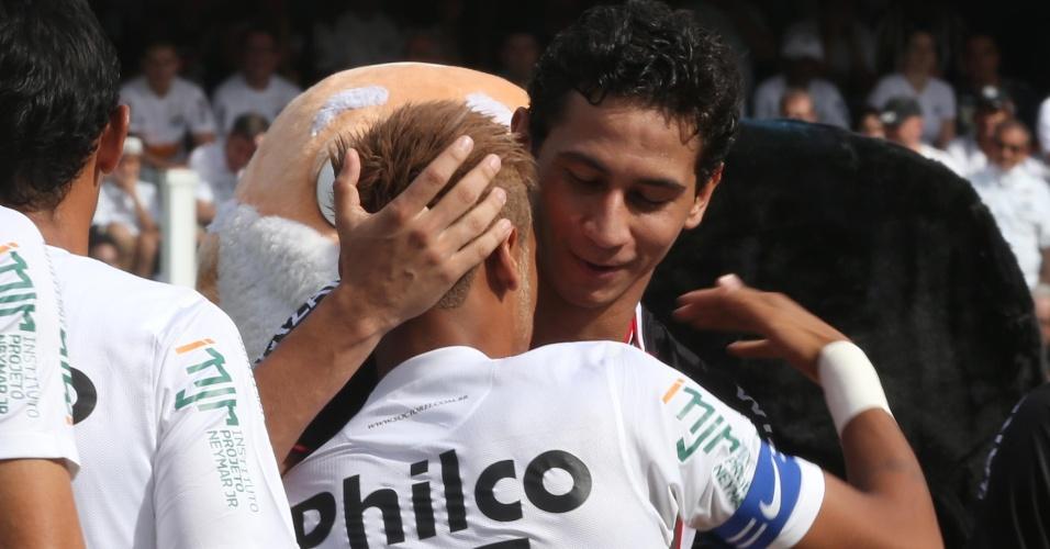 03.fev.2013 - Neymar e Ganso se abraçam antes do clássico entre Santos e São Paulo na Vila Belmiro