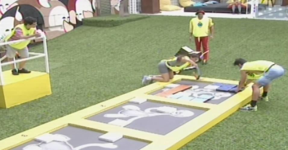 03.fev.2013 - No time amarelo, Marcello e Kamilla montam quebra-cabeça da prova da comida