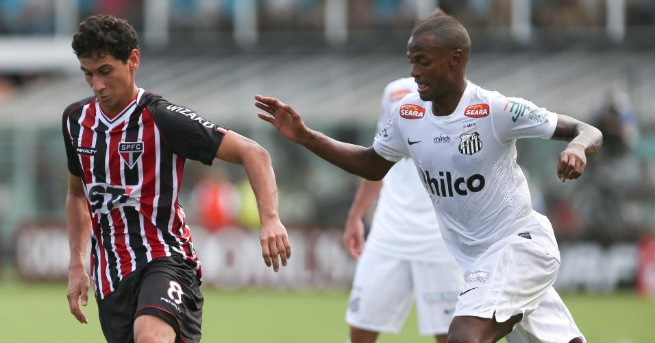 03.fev.2013 - Paulo Henrique Ganso domina a bola durante o clássico entre Santos e São Paulo na Vila Belmiro