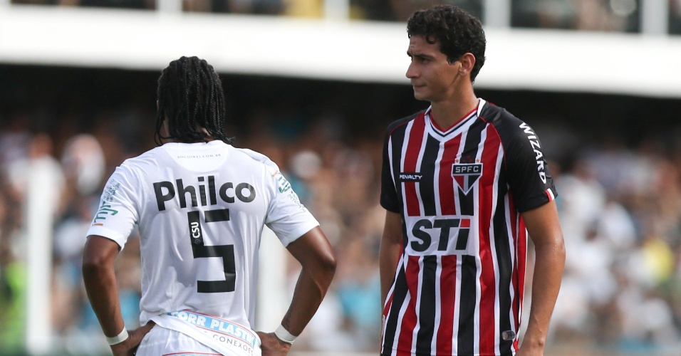 03.fev.2013 - Paulo Henrique Ganso é visto ao lado do ex-companheiro Arouca durante o clássico entre Santos e São Paulo