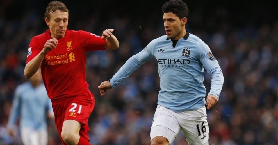 03.fev.2013 - Sergio Aguero (dir.), do Manchester City, disputa o lance com o brasileiro Lucas Leiva, do Liverpool, em partida do Campeonato Inglês