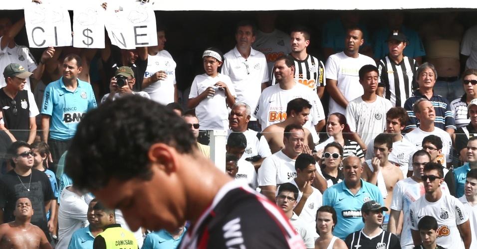 03.fev.2013 - Torcedores do Santos provocam Ganso com faixa de