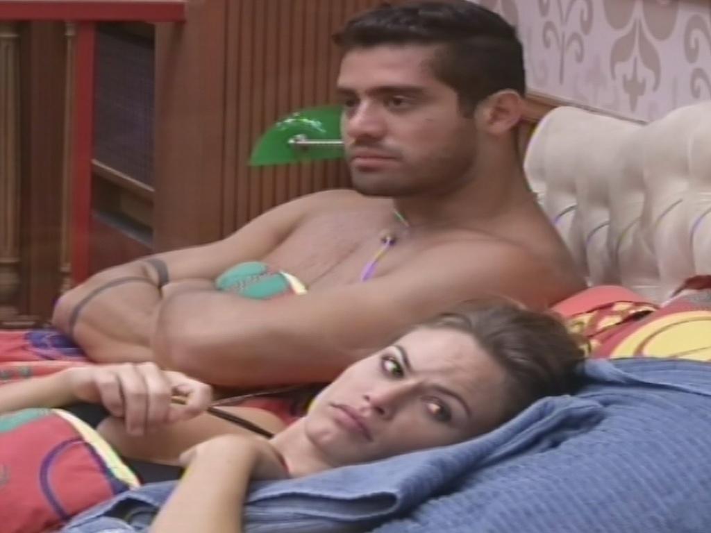 03.fev.2013 - Yuri fala sobre a limpeza do quarto Biblioteca e faz comentário infeliz sobre Kamilla e Fernanda
