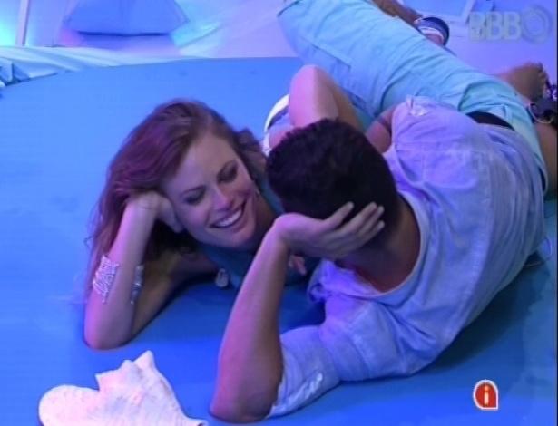 03.fev.2013 - Yuri pede Natália em Namoro durante a festa