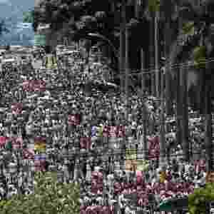 03.fev.2013 - Torcedores do Atlético-MG e do Cruzeiro chegam ao Mineirão, em Belo Horizonte, para a partida que marca a reinauguração do estádio - Marcus Desimoni/UOL