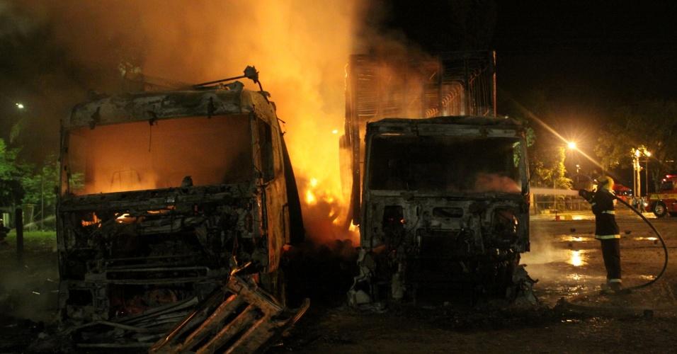 3.fev.2013 - Bombeiros tentam controlar as chamas após criminosos atearem fogo em dois caminhões, na noite de sábado (2), em Aracajá (SC). Um ônibus também foi incendiado, e a casa de um policial civil foi atacada no sul do Estado. Com estes casos, chegam ao menos 33 o número de atentados em Santa Catarina desde a última quarta-feira (30)