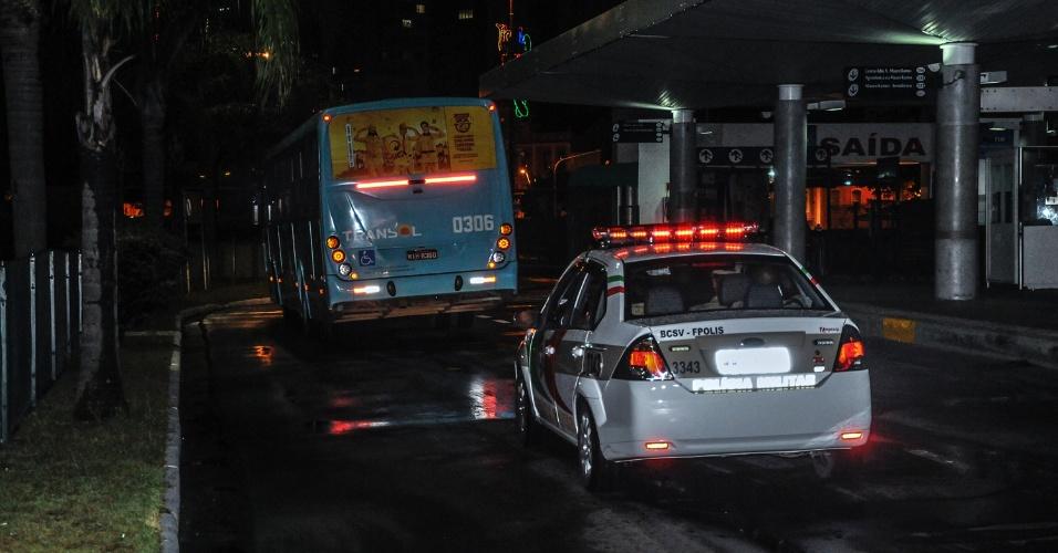 3.fev.2013 - Carro da Polícia Militar de Santa Catarina faz a escolta de ônibus, na noite de sábado (2), em Florianópolis. Um ônibus e dois caminhões foram incendiados na madrugada, e a casa de um policial civil foi atacada no sul do Estado. Com estes casos, chegam ao menos 33 o número de atentados em Santa Catarina desde a última quarta-feira (30)