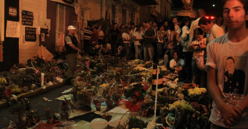 3.fev.2013 - Centenas de pessoas se reúnem em vigília em frente à boate Kiss para lembrar os 237 mortos no incêndio do último domingo (27), em Santa Maria (RS)