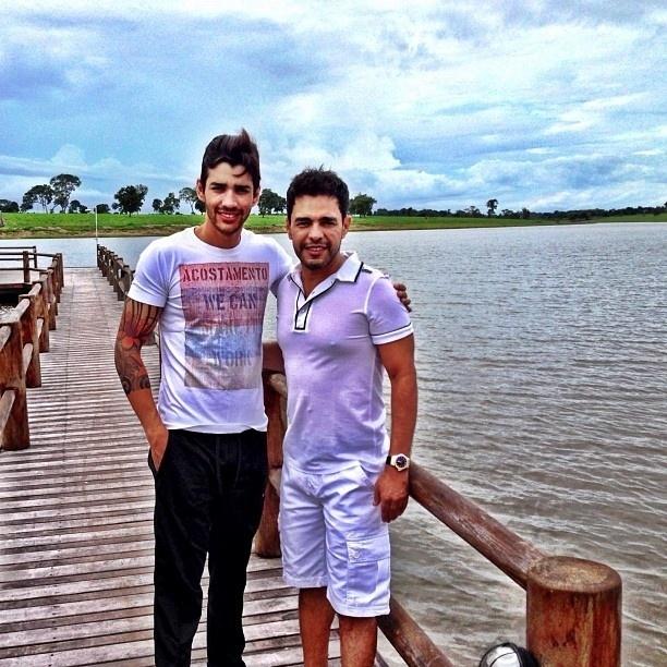 3.fev.2013 - Gusttavo Lima publica foto com Zezé Di Camargo em sítio do cantor