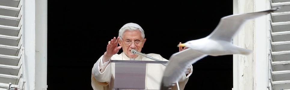 3.fev.2013 - Papa Bento 16 acena para o público durante missa, neste domingo (3), no Vaticano