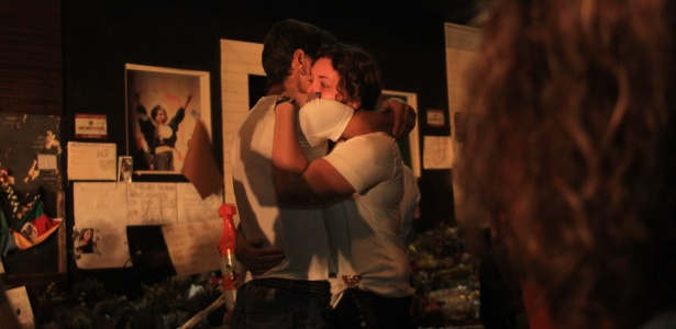 Parentes de vítimas do incêndio da boate Kiss, no último domingo (27), se emocionam em vigília, na madrugada deste domingo (3), para lembrar os mortos na tragédia