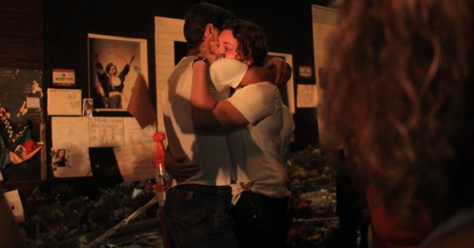 3.fev.2013 - Parentes de vítimas do incêndio da boate Kiss, no último domingo (27), se emocionam em vigília, na madrugada deste domingo (3), para lembrar os mortos na tragédia do último domingo (27)
