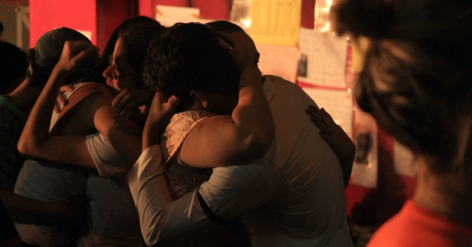 3.fev.2013 - Parentes e amigos de vítimas do incêndio da boate Kiss, no último domingo (27), se emocionam em vigília para lembrar os mortos na tragédia do último domingo (27)