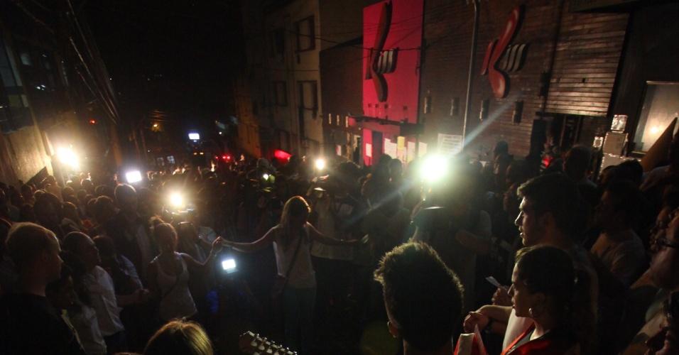 3.fev.2013 - Parentes e amigos de vítimas do incêndio na boate Kiss -- em Santa Maria (RS) --, no último dia 27, participam de vigília, na madrugada deste domingo (3), para lembrar os mortos na tragédia