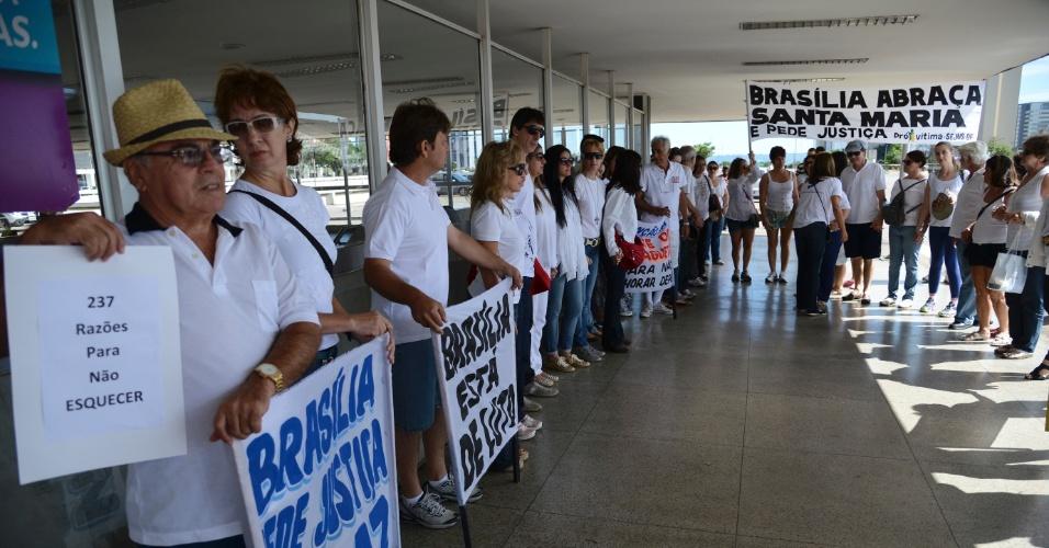 3.fev.2013 - Uma semana após a tragédia que deixou mais de 230 mortos na boate Kiss, em Santa Maria (RS), brasilienses pedem paz e justiça para que novas tragédias sejam evitadas, em Brasília