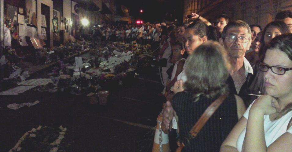 3.jan.2013 - Centenas de pessoas se reúnem em vigília frente à boate Kiss para lembrar os 237 mortos no incêndio do último domingo (3)