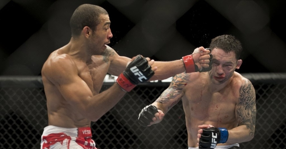 José Aldo acerta jab em Frankie Edgar durante defesa do seu cinturão dos pesos penas no UFC 156