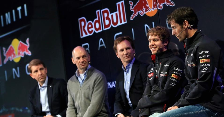 Pilotos Mark Webber (em primeiro plano) e Sebastian Vettel participam da apresentação do novo carro da Red Bull para a temporada 2013