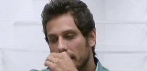 03.fev.2013 - Eliéser anuncia que o cordão preto que colocou ao redor do pescoço de Kamilla é para deixá-la imune