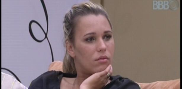 03.fev.2013 - Marien observa Fernanda tomar banho no quarto biblioteca