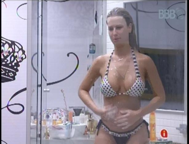 """03.fev.2013 - """"Nunca estive tão fedida na vida"""", afirma Fernanda durante banho"""