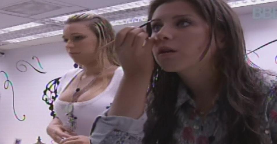 04.fev.2013 - Andressa e Marien se arrumam no quarto do líder